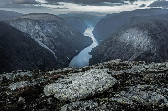 Скалистые стены фьорда