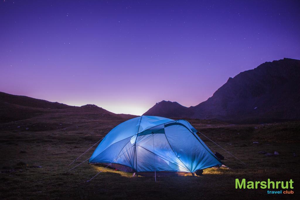 Установленная туристическая палатка