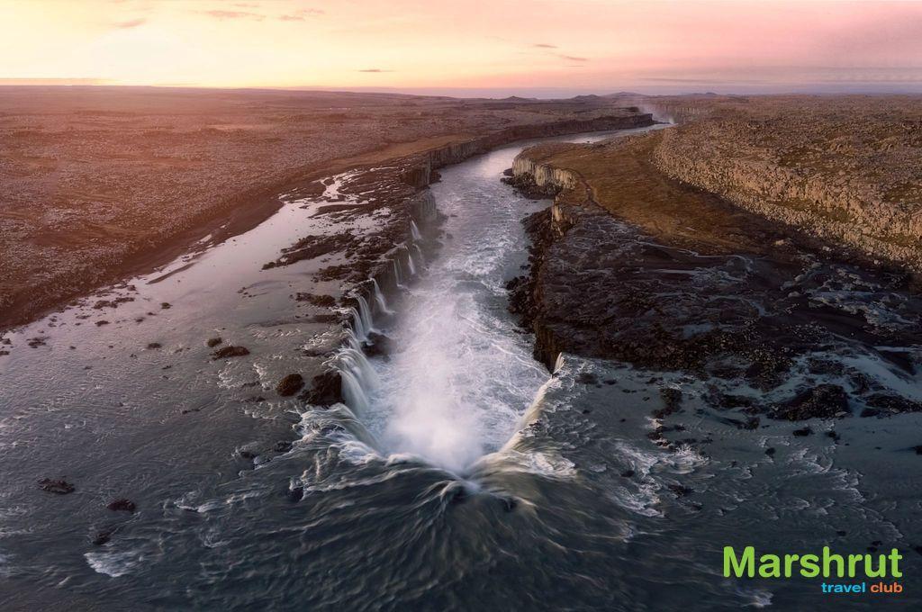 Изогнутый водопад