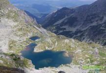 Озеро в скалистой оправе