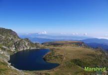Красочное озеро в горах Рила