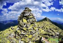 Каменный указатель в горах