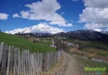 Село на фоне Тетнульди